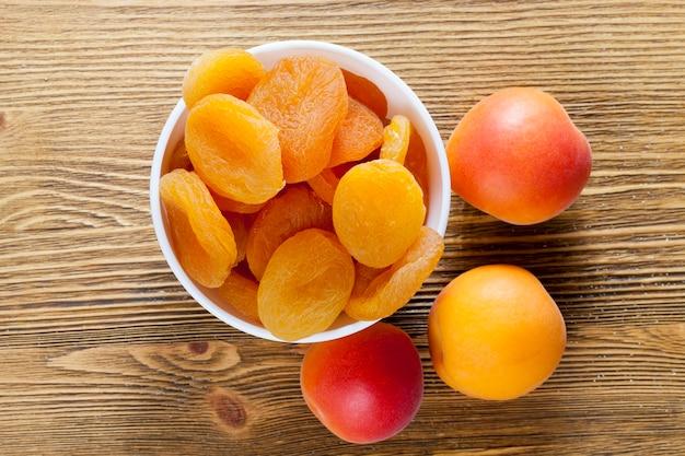 Getrocknete reife aprikosen, traditionelles essen in einer reihe von östlichen ländern, getrocknete aprikosen sind gesund und lecker mit viel zucker und vitaminen, nahaufnahme