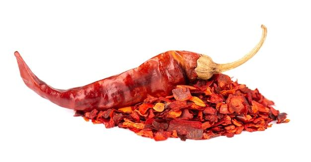 Getrocknete rote chiliflocken mit samen, isoliert auf weißem hintergrund. gehackte chili-cayenne-pfeffer. gewürze und kräuter.