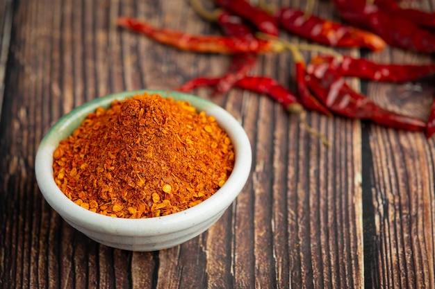 Getrocknete rote chilis in weißer kleiner schüssel