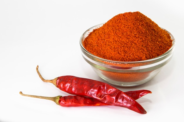 Getrocknete rote chilis und pulver