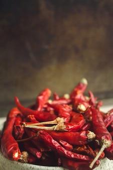 Getrocknete rote paprikas im weißen schüsselabschluß oben