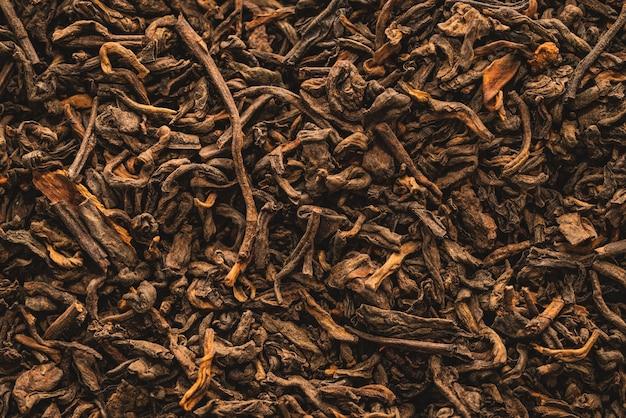 Getrocknete schwarze teeblätter mit zimt