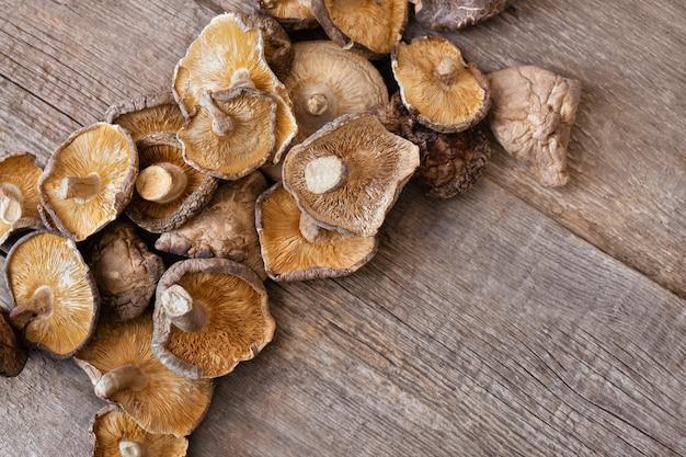 Getrocknete shiitake-pilze auf einem hölzernen hintergrund