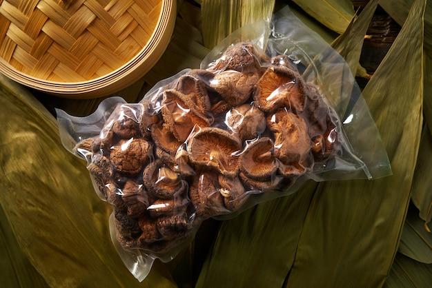 Getrocknete shiitake-pilze in der vakuumplastikblase für asiatisches küchelebensmittel