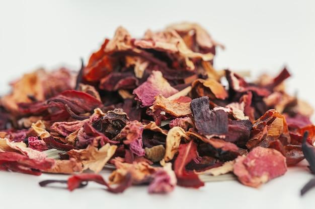 Getrocknete teeblätter auf weißem hintergrund