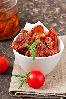 Getrocknete tomaten und rosmarin