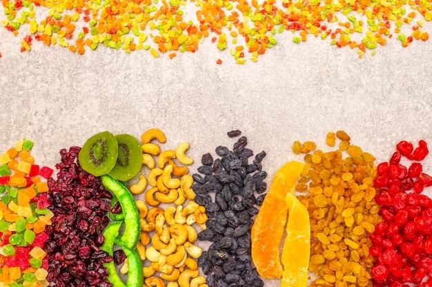 Getrocknete und kandierte früchte und cashewnüsse