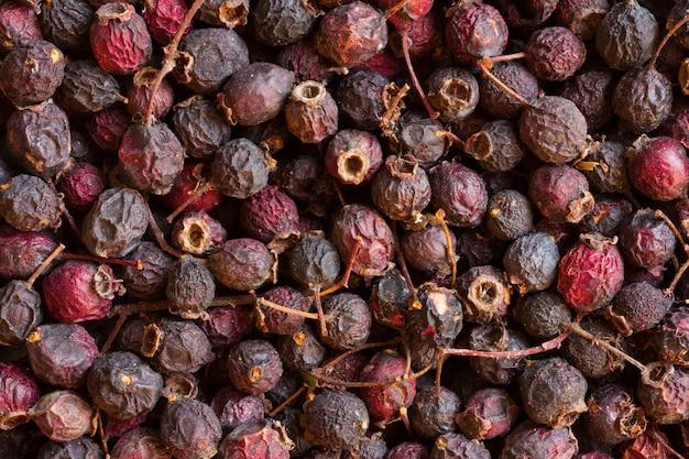 Getrocknete weißdornfrüchte. natürliche beerengetränkeherstellung.