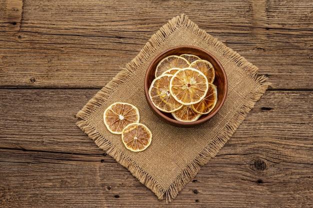 Getrocknete zitronenscheiben in der schüssel. fruchtsnack, konzept der gesunden ernährung