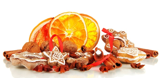Getrocknete zitrusfrüchte, gewürze und kekse isoliert auf weiß
