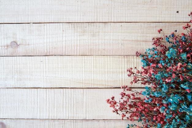 Getrockneter farbfrühling auf hölzernem rustikalem