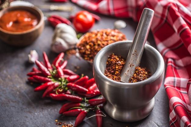 Getrockneter gemahlener chili im mörser hautnah.