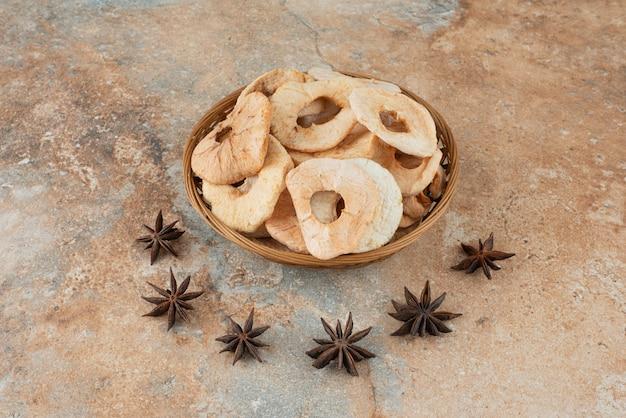 Getrockneter gesunder apfel im korb mit sternanis