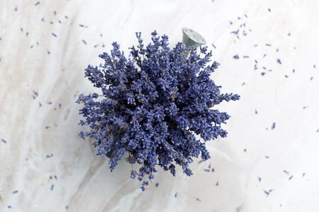 Getrockneter lavendel auf dem tisch