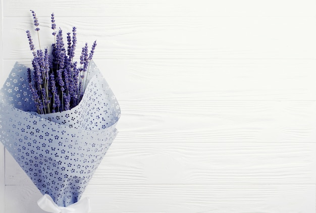 Getrockneter lavendelblumenstrauß auf einem weißen hintergrund. kopieren sie platz