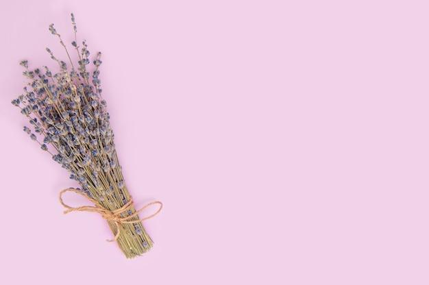 Getrockneter lavendelstrauß auf lila oberfläche