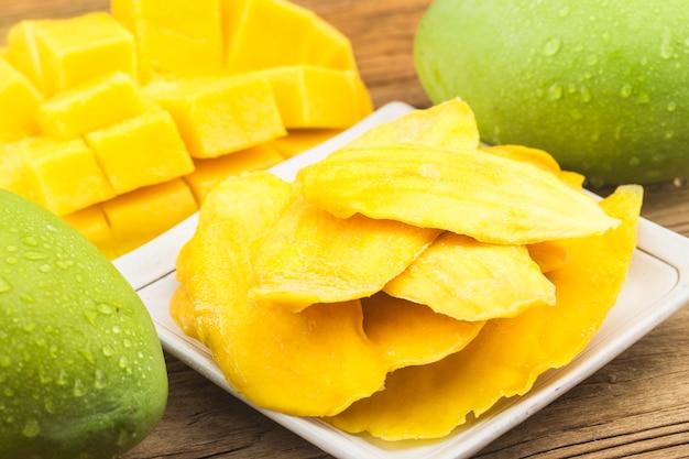 Getrockneter mangohintergrund. kandierte scheiben mangofrucht nahaufnahme.