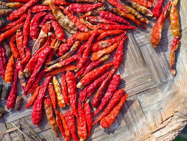 Getrockneter pfeffer des roten paprikas oder des paprikas cayennepfeffer auf baboom behälter, draufsicht