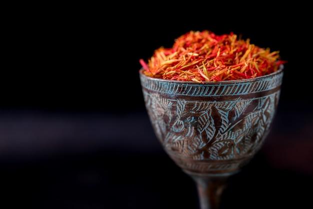 Getrockneter safran würzen ein glas orientalisches metallgeschmack