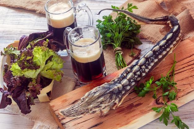 Getrockneter stör mit dunklem bier und grüns