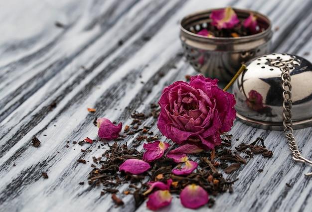 Getrockneter tee mit rosenblättern