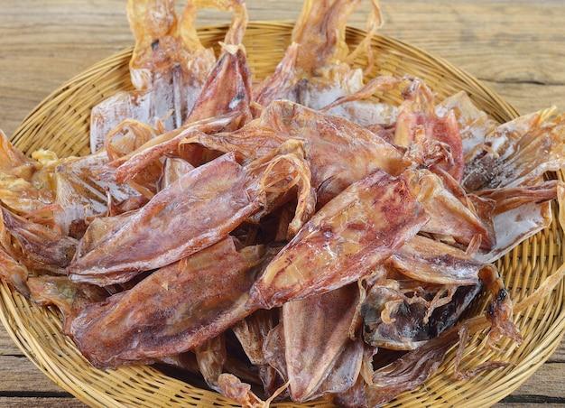 Getrockneter tintenfisch auf holztisch