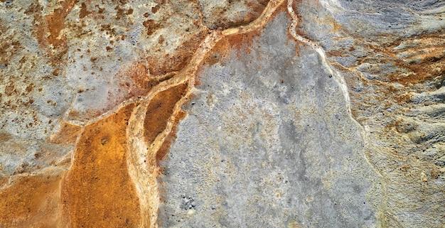 Getrocknetes flussbett über ödlandgrauer hintergrundkontamination texturansicht direkt darüber