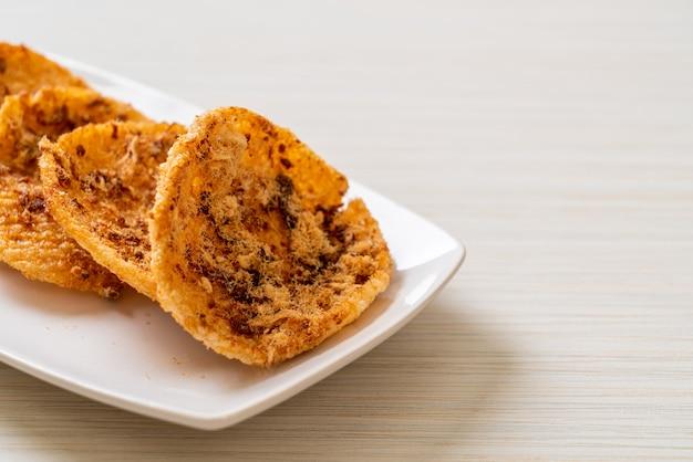 Getrocknetes geschreddertes schweinefleisch reiscracker - thai-food-stil