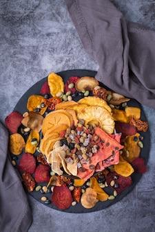 Getrocknetes obst und gemüse dehydrierte kaki wassermelone ananas rote beete chips