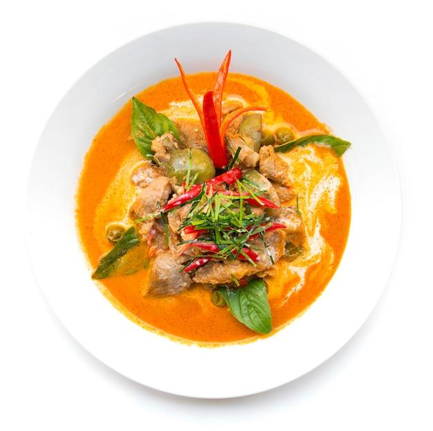 Getrocknetes rotes curry-schweinefleisch mit kokosmilch (panang)