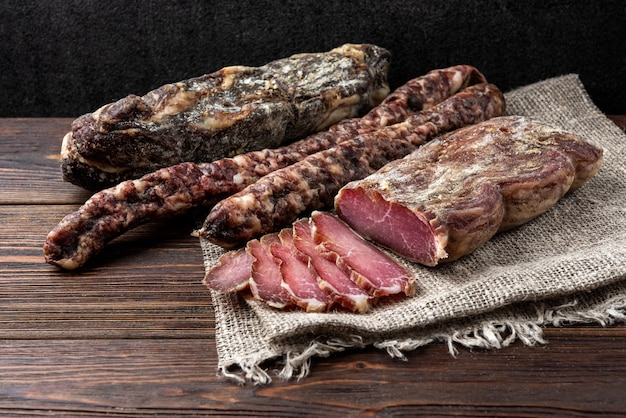 Getrocknetes schweinefleisch auf dem tisch