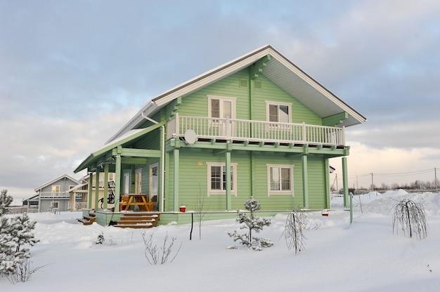 Gewächshaus aus furnierschichtholz im schnee