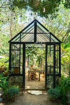Gewächshaus zum pflanzen von wachstum. glashaus für die gartenarbeit.