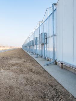 Gewächshausfassade mit klimaanlage und luftkanälen außen