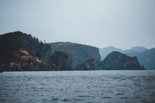 Gewässer in der nähe von berg während des tages
