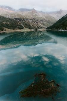 Gewässer in der nähe von berg