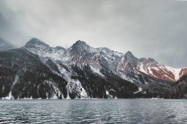 Gewässer über berg