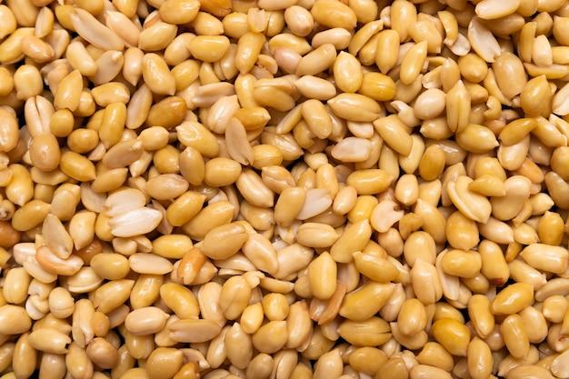Gewaschene körner von geschälten erdnüssen zum braten bereit