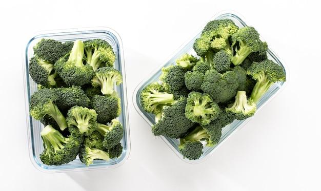 Gewaschene und geschnittene brokkoli-krone in glasbehälter bio-brokkoli, geschnitten und bereit zum kochen
