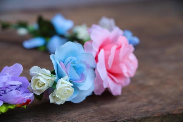 Gewebeblumen krönen auswahlfokushochzeit, setzen an den hölzernen tabellenhintergrund