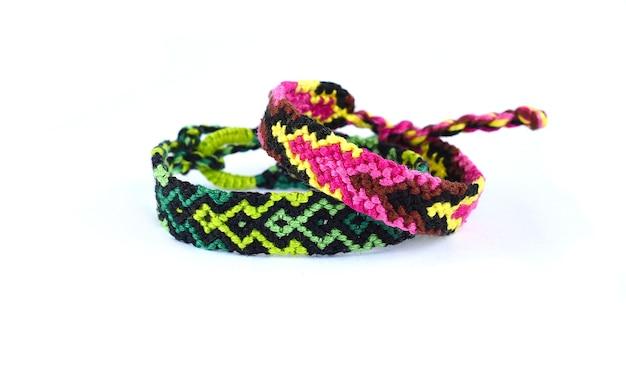 Gewebte diy freundschaftsbänder handgefertigt aus stickerei heller faden mit knoten