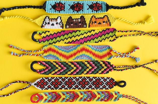 Gewebte diy freundschaftsbänder handgefertigt aus stickgarn mit knoten