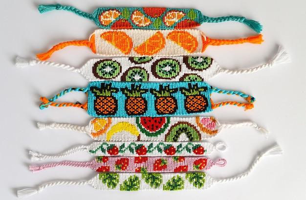 Gewebte diy freundschaftsbänder mit fruchtmustern