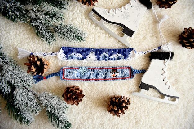 Gewebte diy freundschaftsbänder mit weihnachtsmustern