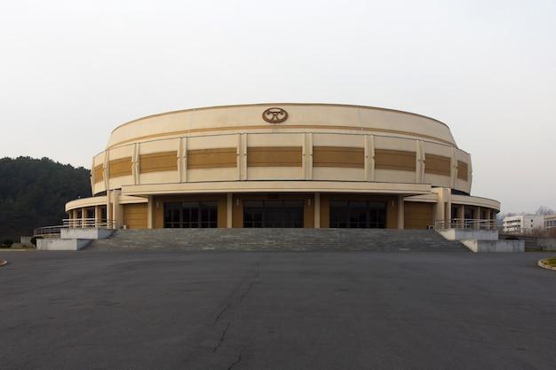 Gewichtheberhalle in der pjöngjang-sportstraße in nordkorea. halle wurde 1988 gebaut und hat 2000 sitzplätze.