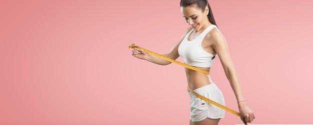 Gewichtsverlust der fitnessfrau, schlanker körper, gesundes lebensstilkonzept