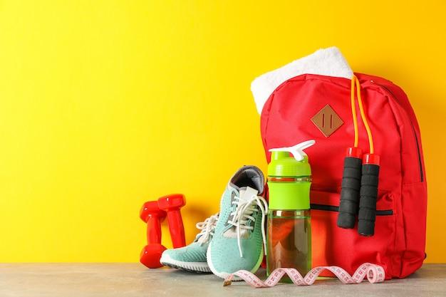 Gewichtsverlust zubehör auf grauem tisch gegen farbhintergrund