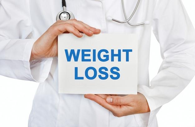 Gewichtsverlustkarte in händen des arztes
