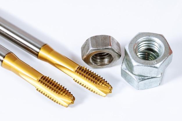 Gewindebohrer zum einfädeln in metall. schrauben und muttern isoliert. werkzeug für die metallbearbeitung.