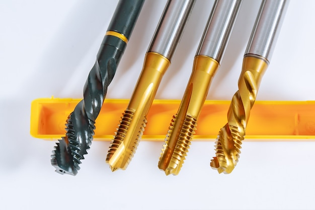 Gewindebohrer zum einfädeln in metall. werkzeug für die metallbearbeitung.